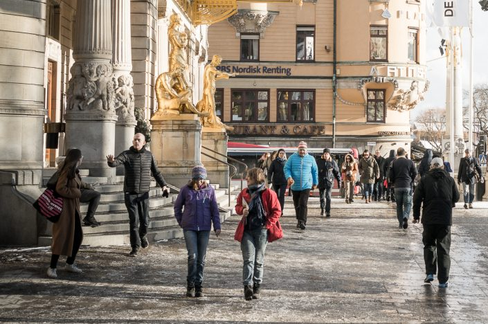 Pedestrians at Dramaten